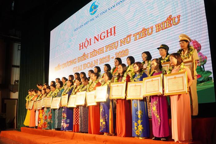 [Ảnh] Những khoảnh khắc động lòng người trong buổi lễ vinh danh những tập thể, cá nhân phụ nữ điển hình ở Nam Định - Ảnh 10.
