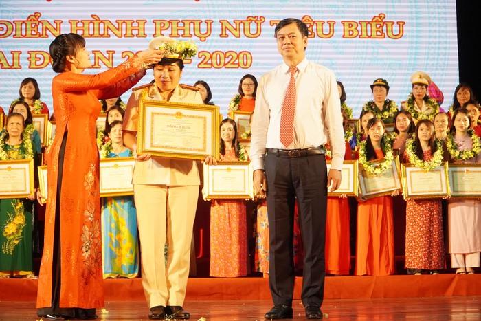 [Ảnh] Những khoảnh khắc động lòng người trong buổi lễ vinh danh những tập thể, cá nhân phụ nữ điển hình ở Nam Định - Ảnh 12.