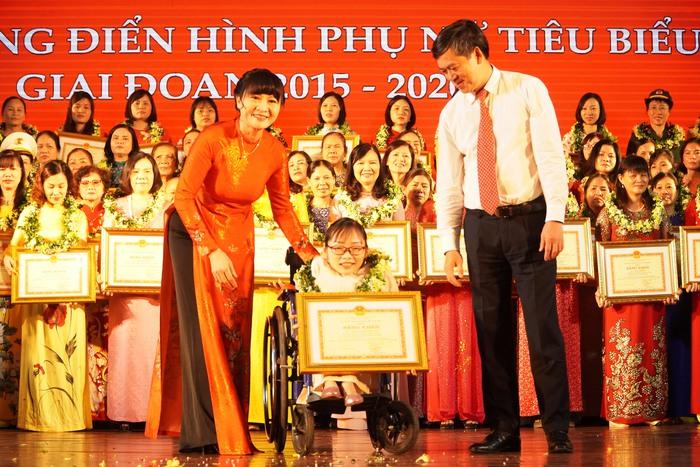 [Ảnh] Những khoảnh khắc động lòng người trong buổi lễ vinh danh những tập thể, cá nhân phụ nữ điển hình ở Nam Định - Ảnh 13.