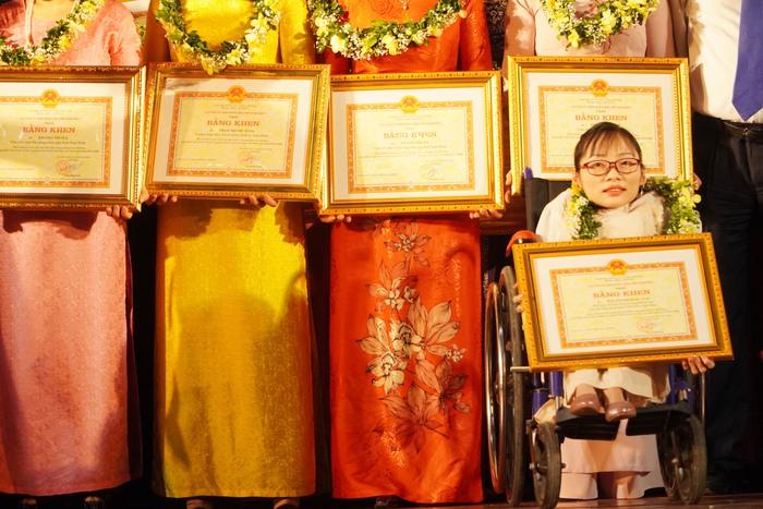 [Ảnh] Những khoảnh khắc động lòng người trong buổi lễ vinh danh những tập thể, cá nhân phụ nữ điển hình ở Nam Định - Ảnh 14.