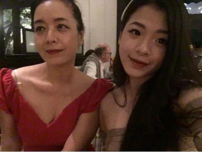 Mới tuổi 16, con gái Chiều Xuân đã lộ ảnh hôn môi, ngẫm lại cách dạy của mẹ - Ảnh 4.