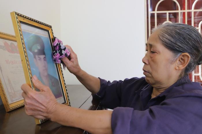 Bà Phạm Thị Nho bên di ảnh của chồng, liệt sĩ Đỗ Thành Hồng