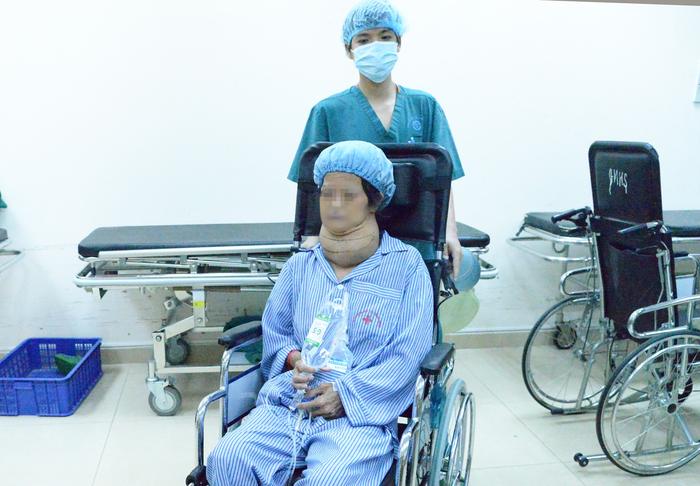 """""""Giải cứu"""" khối u bướu khổng lồ đè nén cổ bệnh nhân suốt 10 năm - Ảnh 1."""