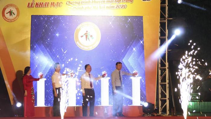 """""""Mưa"""" khuyến mại tại Hà Nội, nhiều mặt hàng giảm giá đến 100% - Ảnh 1."""