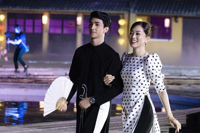 Bình An lần đầu làm mẫu catwalk cùng Phương Nga  - Ảnh 2.