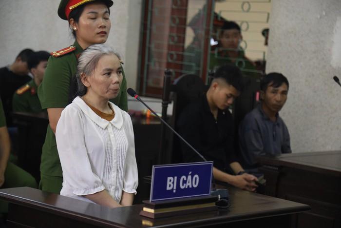 Bị cáo Bùi Thị Kim Thu xuất hiện với mái tóc ngả bạc so với phiên tòa sơ thẩm.