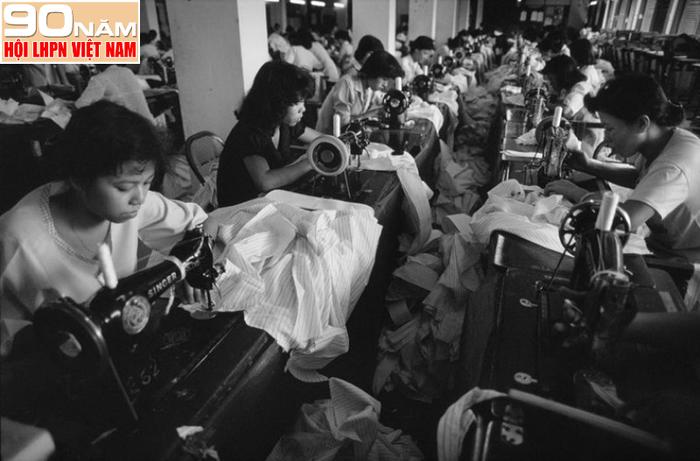 Công nhân tại một nhà máy dệt may ở TPHCM, năm 1988