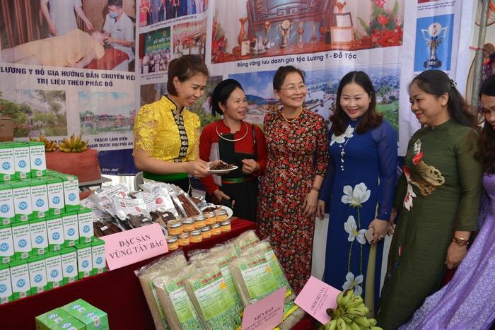 Trưng bày nông sản an toàn do hội viên phụ nữ sản xuất - Ảnh 3.