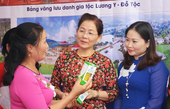 Trưng bày nông sản an toàn do hội viên phụ nữ sản xuất - Ảnh 1.