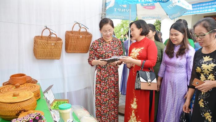 Trưng bày nông sản an toàn do hội viên phụ nữ sản xuất - Ảnh 2.