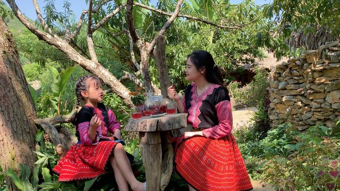 """Mina Phạm, cô bé 6 tuổi lại """"gây bão"""" với clip trải nghiệm ở Bản H'Mông - Ảnh 1."""