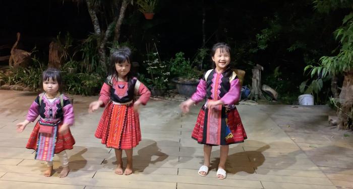 """Mina Phạm, cô bé 6 tuổi lại """"gây bão"""" với clip trải nghiệm ở Bản H'Mông - Ảnh 2."""