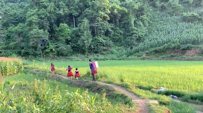 """Mina Phạm, cô bé 6 tuổi lại """"gây bão"""" với clip trải nghiệm ở Bản H'Mông - Ảnh 4."""