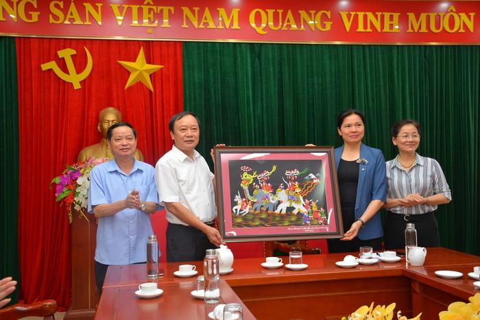 Chủ tịch Hội LHPN Việt Nam Hà Thị Nga dâng hương tại Nhà tưởng niệm Bác Hồ và Di tích Đoàn phụ nữ cứu quốc  - Ảnh 6.