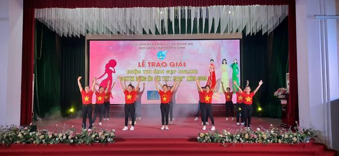 Tôn vinh vẻ đẹp phụ nữ qua cuộc thi ảnh đẹp online 'Duyên dáng áo dài Việt Nam' - Ảnh 1.