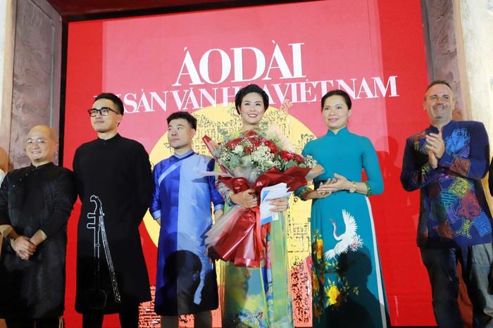 """Lung linh đêm """"Áo dài - Di sản văn hóa Việt Nam"""" tại Văn Miếu - Quốc Tử Giám - Ảnh 2."""