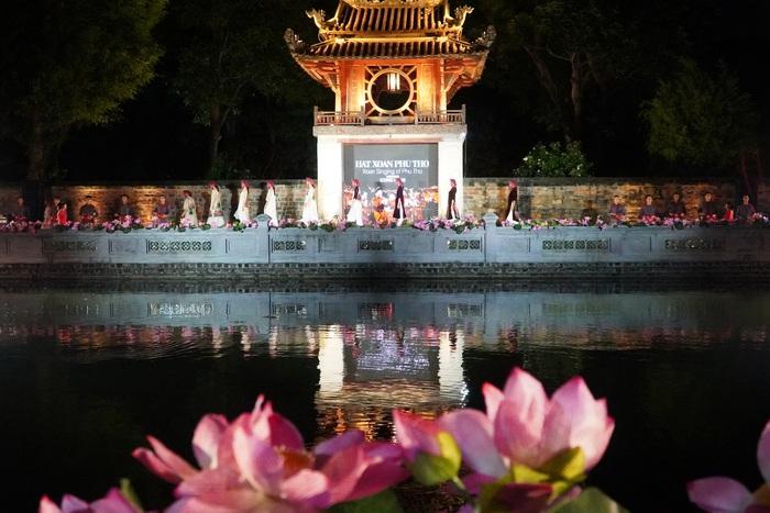 """Lung linh đêm """"Áo dài - Di sản văn hóa Việt Nam"""" tại Văn Miếu - Quốc Tử Giám - Ảnh 12."""