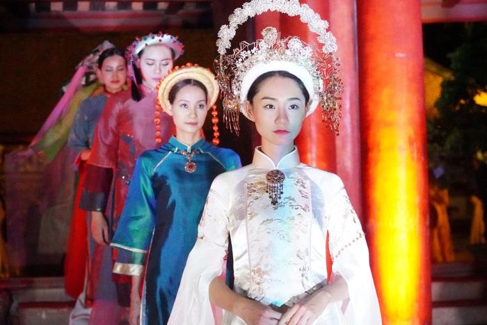"""Lung linh đêm """"Áo dài - Di sản văn hóa Việt Nam"""" tại Văn Miếu - Quốc Tử Giám - Ảnh 9."""