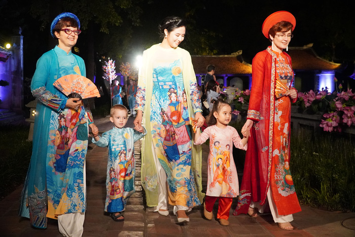 """Lung linh đêm """"Áo dài - Di sản văn hóa Việt Nam"""" tại Văn Miếu - Quốc Tử Giám - Ảnh 4."""