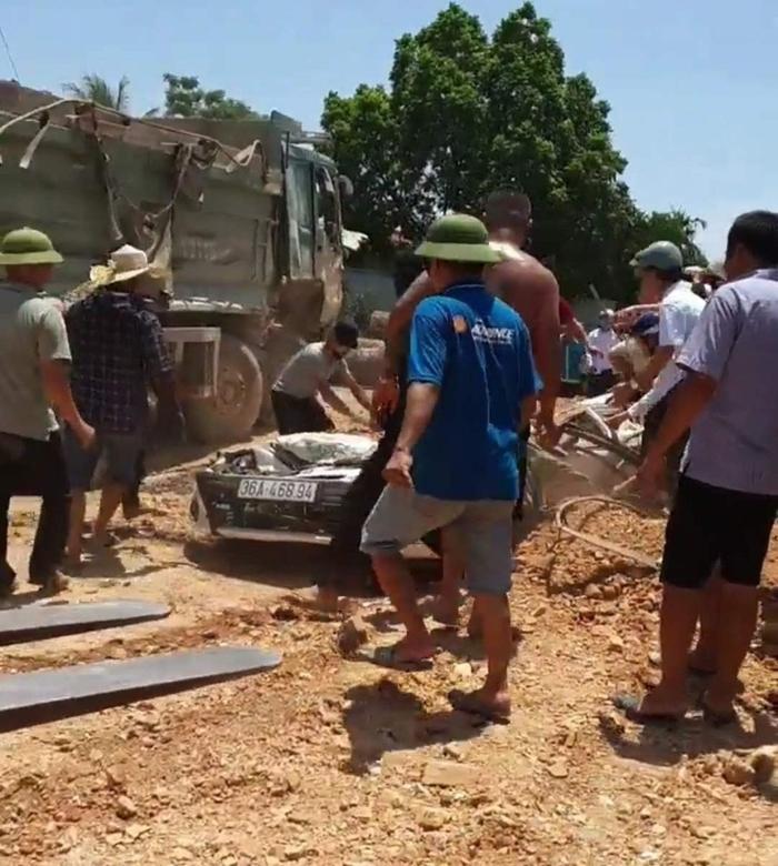 Vụ xe tải đè xe con khiến 3 người tử vong: Hé lộ nguyên nhân cháu bé thoát chết  - Ảnh 1.