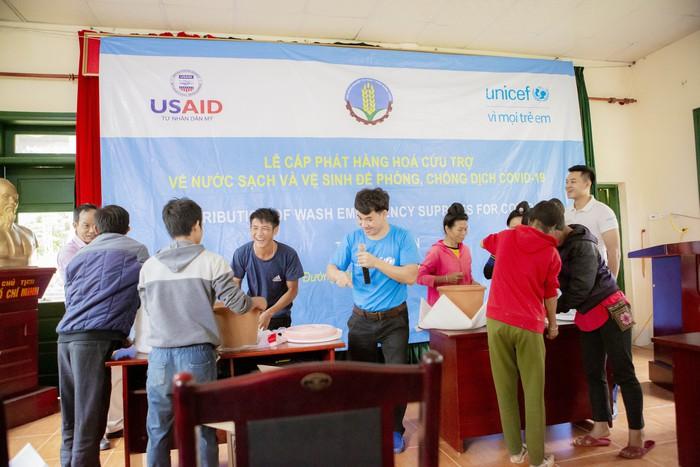 Xuân Bắc cấp phát hàng cứu trợ phòng chống dịch Covid-19 của UNICEF tại Điện Biên  - Ảnh 1.