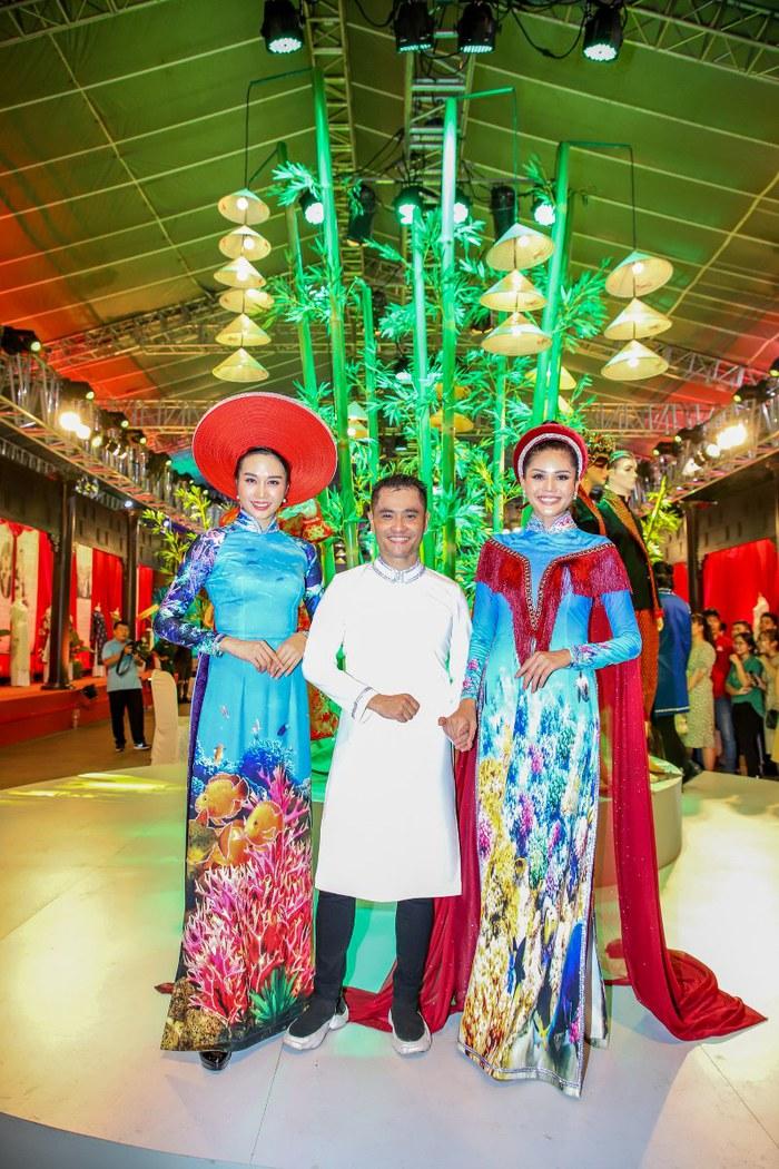 NTK Nhật Dũng ra mắt 2 bộ sưu tập Áo dài ở phố đi bộ Nguyễn Huệ - Ảnh 2.