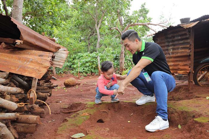 Quốc Cơ dạy con trai 4 tuổicáchsan sẻ yêu thương khi cùng bố đi từ thiện - Ảnh 4.