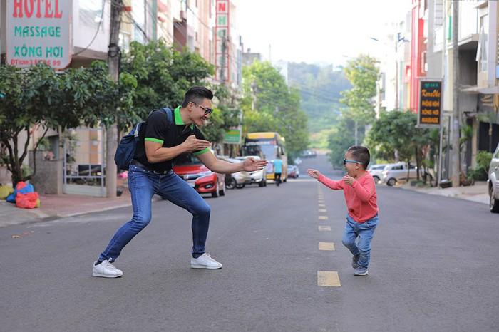 Quốc Cơ dạy con trai 4 tuổicáchsan sẻ yêu thương khi cùng bố đi từ thiện - Ảnh 3.