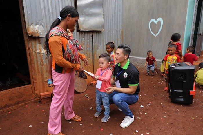 Quốc Cơ dạy con trai 4 tuổicáchsan sẻ yêu thương khi cùng bố đi từ thiện - Ảnh 7.