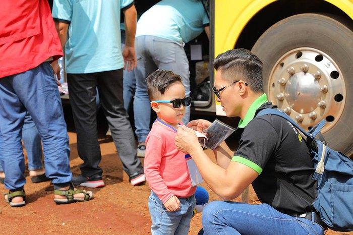 Quốc Cơ dạy con trai 4 tuổicáchsan sẻ yêu thương khi cùng bố đi từ thiện - Ảnh 5.