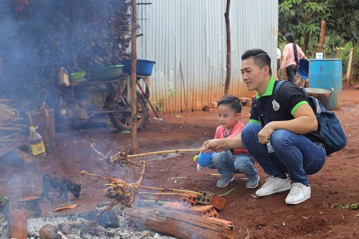 Quốc Cơ dạy con trai 4 tuổicáchsan sẻ yêu thương khi cùng bố đi từ thiện - Ảnh 6.