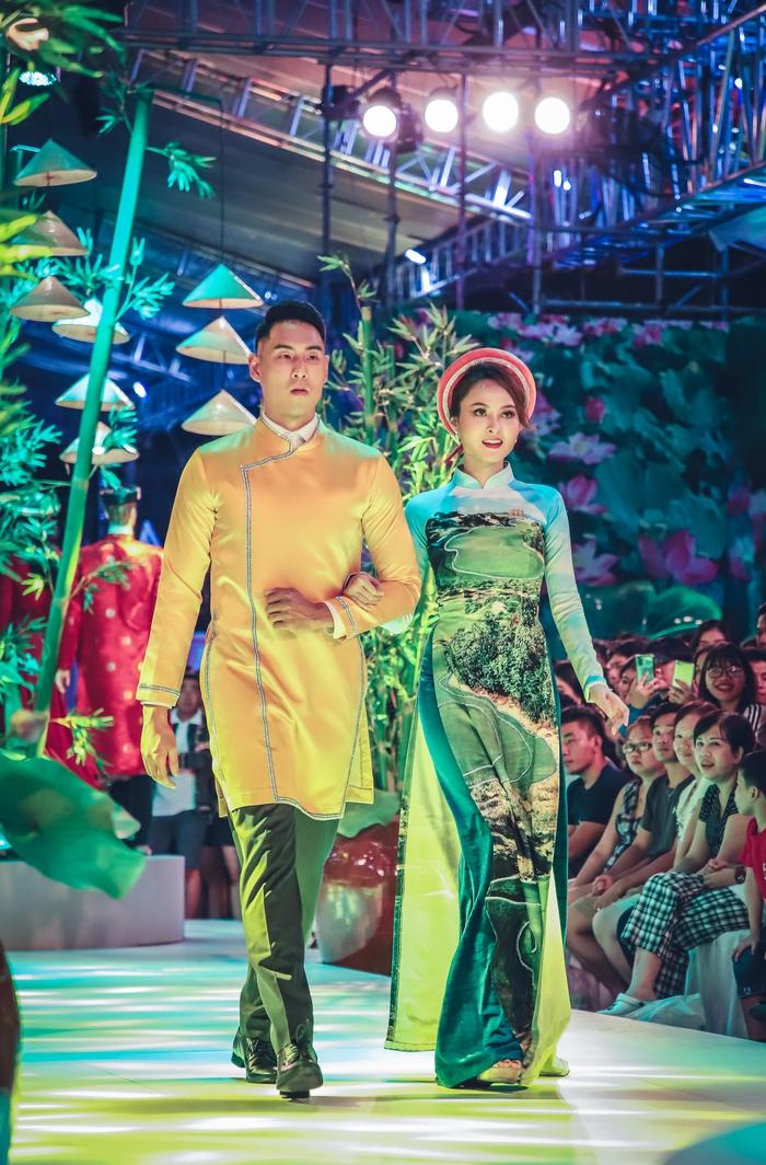 NTK Nhật Dũng ra mắt 2 BST áo dài tại phố đi bộ Nguyễn Huệ - Ảnh 1.