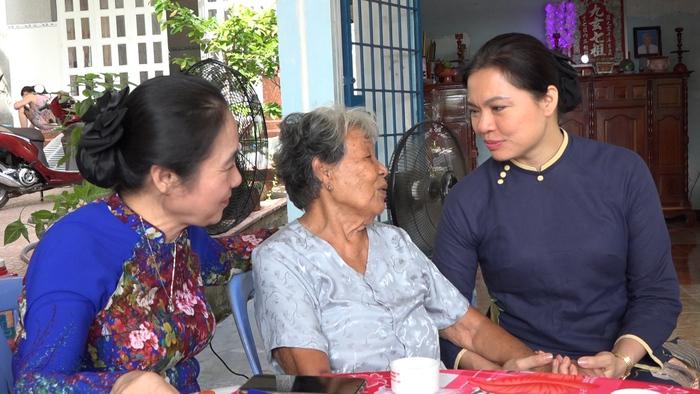 Lãnh đạo Hội LHPN Việt Nam thăm, tặng quà mẹ VNAH Phan Thị Hợi