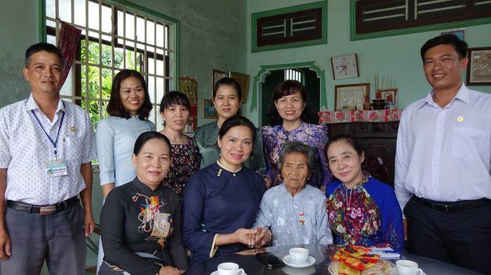 Lãnh đạo Hội LHPN Việt Nam cùng Hội LHPN tỉnh tây Ninh, lãnh đạo huyện Tân Biên thăm, tặng quà mẹ VNAH Nguyễn Thị Sanh
