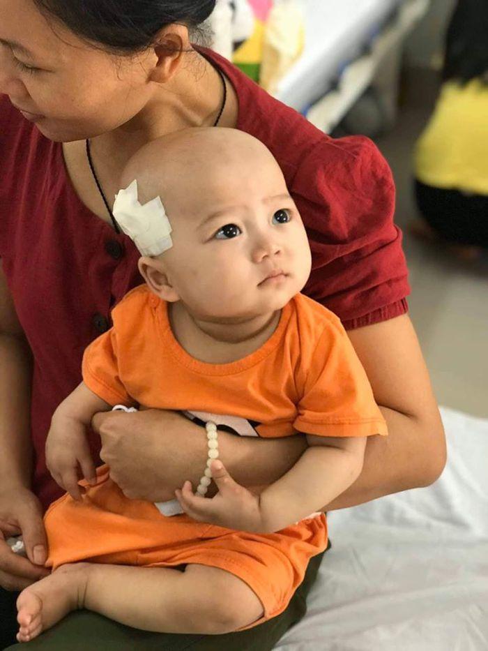 Người mẹ trẻ vừa khóc, vừa động viên con 14 tháng tuổi bị ung thư máu và ung thư tủy chiến đấu kiên cường - Ảnh 7.