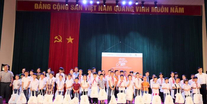 250 trẻ em Ba Vì bị ảnh hưởng bởi dịch Covid-19 được nhận quà - Ảnh 2.