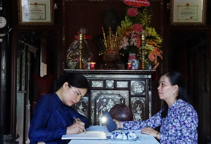 Chủ tịch Hội LHPNVN Hà Thị Nga viết lưu niệm tại Nhà tưởng niệm cố Chủ tịch Nguyễn Thị Thập - Ảnh 2.