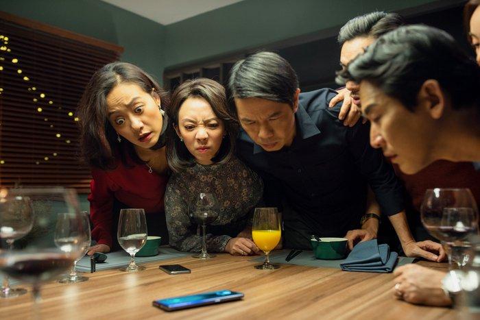 Tiệc trăng máu kể về câu chuyện xoay quanh những bí mật từ chiếc điện thoại của những cặp bạn thân, vợ chồng