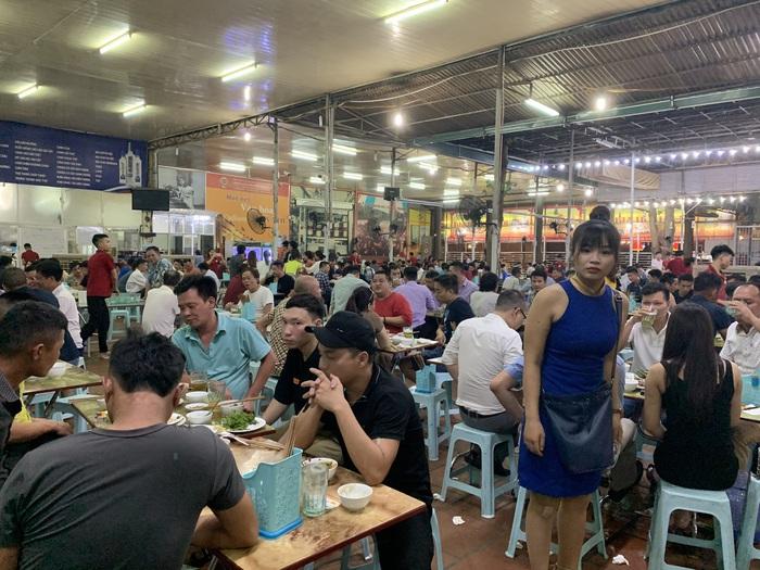 Tại quán bia Thu Hằng (đường Lê Đức Thọ, quận Cầu Giấy, Hà Nội), mới hơn 7h tối nhưng khách đã ngồi kín bàn. Thời tiết nắng nóng chính là nguyên nhân khiến khách trở lại quán nhậu nhiều hơn sau thời gian bị giãn cách vì dịch Covid-19.