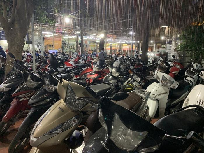 Hàng dài xe máy xếp chật cứng tại khu vực giữ xe của quán. Có những thời điểm quán phải từ chối khách vì không còn chỗ ngồi.