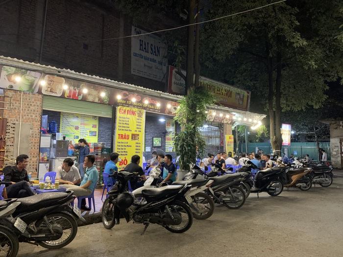 Trao đổi với PV, một chủ quán nhậu trên đường Thiên Hiền ( quận Cầu Giấy, Hà Nội) cho biết, lượng khách chủ yếu vào quán là thành phần chơi thể thao như các cầu thủ đá bóng sân 7. Những ngày này, lượng khách đến quán đều, bù lại phần nào thua lỗ hồi nghị định 100 và lệnh giãn cách xã hội.