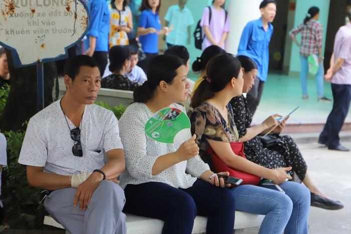 Gần 89.000 học sinh Hà Nội làm thủ tục dự thi vào lớp 10 THPT - Ảnh 7.