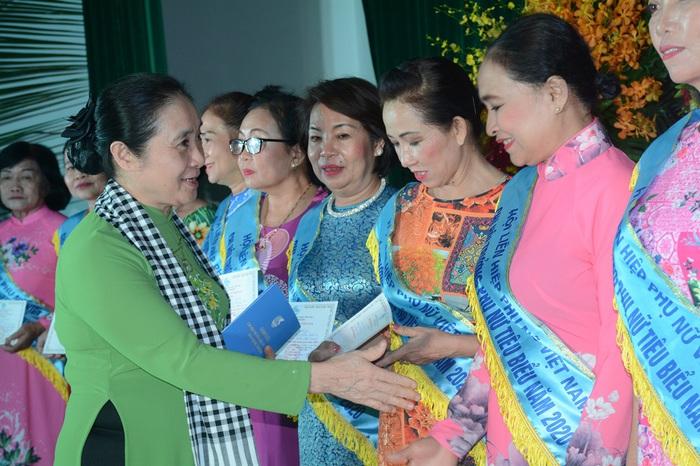 Tôn vinh 65 chi hội trưởng phụ nữ tiêu biểu trong vườn hoa của Hội - Ảnh 3.