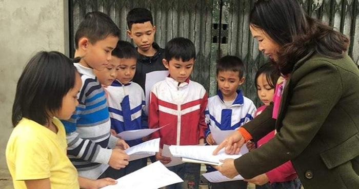 Giáo viên Trường Tiểu học Mậu Đức (huyện Con Cuông, Nghệ An) đến tận từng bản, giao bài tập cho học sinh ôn luyện kiến thức trong thời gian nghỉ phòng dịch Covid-19.