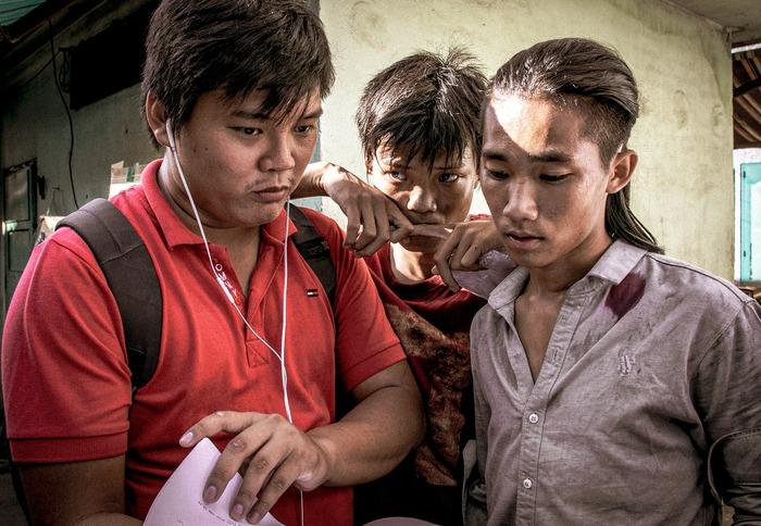 Đạo diễn Trần Thanh Huy (bìa trái) chỉ đạo một cảnh quay