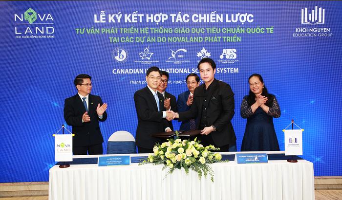 Đại diện Novaland và ông Khôi Nguyên  thực hiện nghi thức ký kết hợp tác
