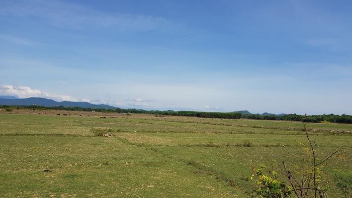 Nắng hạn kéo dài, không chỉ khiến cánh đồng khô khằn mà nước sinh hoạt của người dân đang bị thiếu hụt nghiêm trọng.