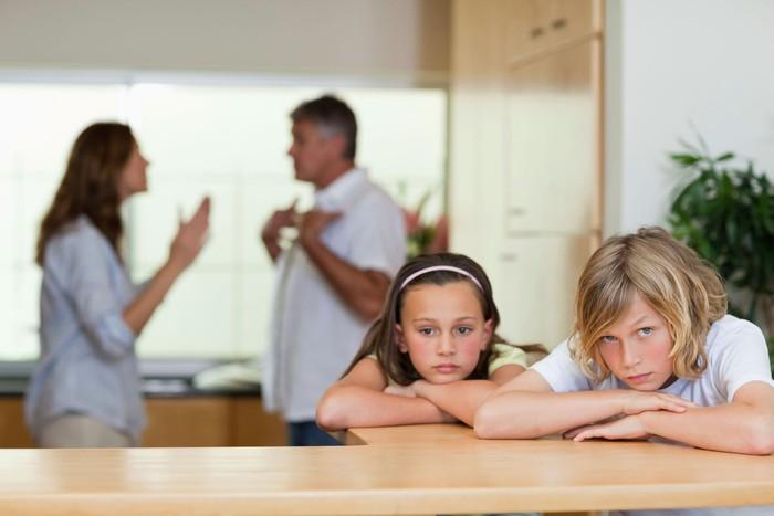 Bố mẹ căng thẳng, stress khiến con hoang mang, mất tự tin - Ảnh 1.