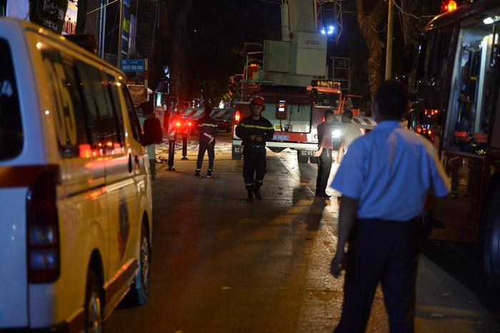 Lực lượng chức năng, lính cứu hỏa đã có mặt để cứu nạn, cứu hộ.