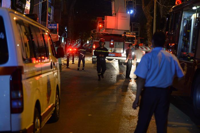Lực lượng chức năng nhanh chóng có mặt tại hiện trường thực hiện công tác cứu nạn, cứu hộ.